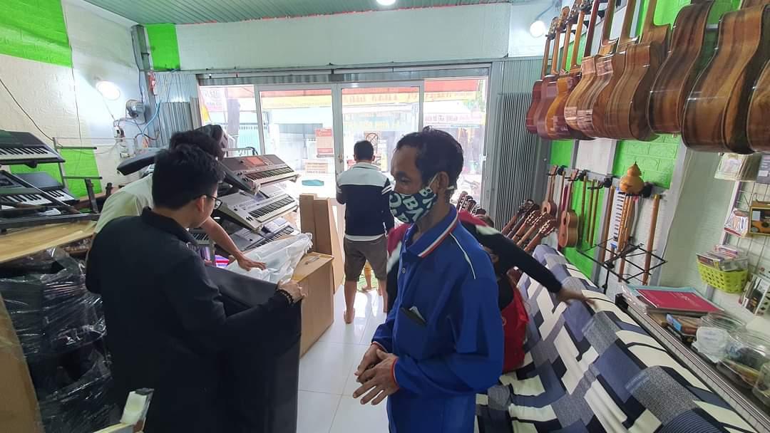 khách hàng làm thủ tục trả góp đàn organ